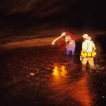 Travessia de rio dentro da Caverna Terra Ronca