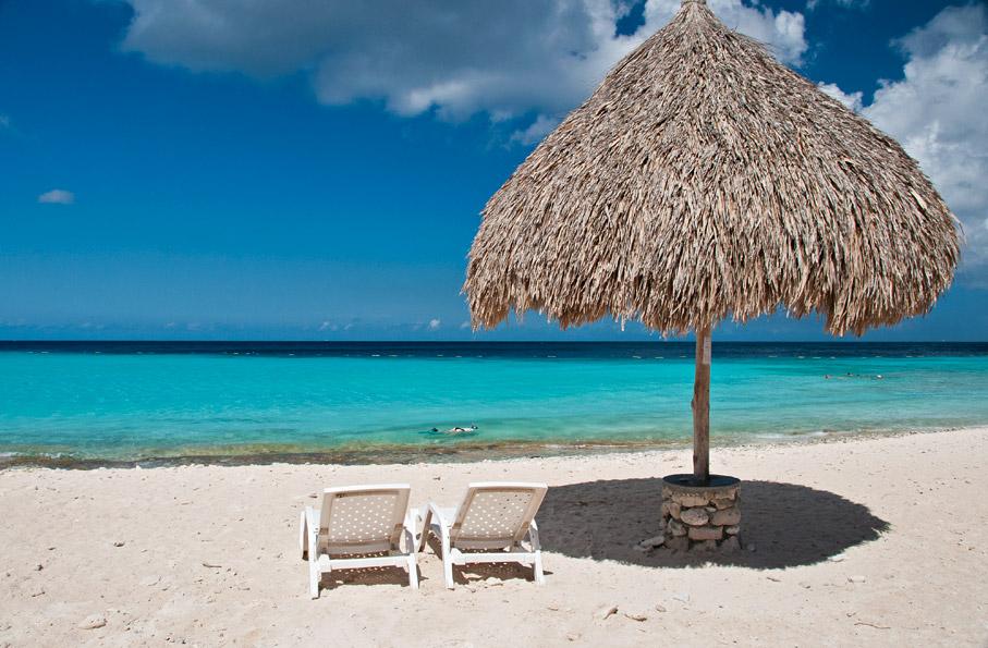 Praia Cas Abou - Curaçao Mar do Caribe  As Antilhas Holandesas são formadas por dois grupos de ilhas caribenhas. Um deles, o principal, é formado pelas ilhas de Curaçao (444km²) e Bonaire (288 km²) e o outro formado por três pequenas ilhas vulcânicas, Santo Eustáquio (21 km²), Saba (13 km²) e São Martinho (St. Marteen) (34 km²).  A capital é Willemstad, na ilha de Curaçao, com cerca de 50 mil habitantes.  A maioria da população é formada por descendentes de escravos, além de caribenhos e descendentes de espanhóis e holandeses. O holandês é a língua oficial mas o papiamento é o idioma mais usado, dialeto que mistura inglês, espanhol, português e algumas línguas africanas.   Fotografias Renato Grimm www.bemtevibrasil.com.br